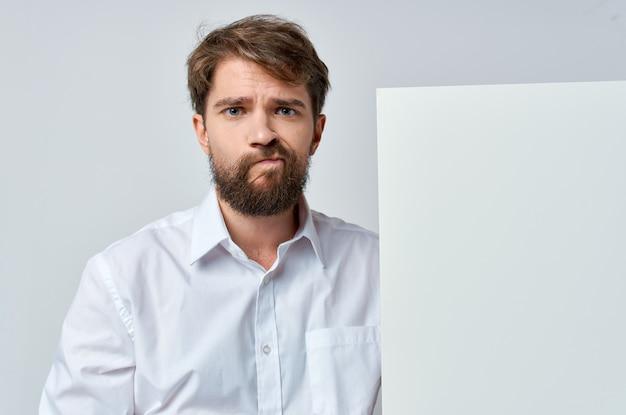 Homme barbu en chemise blanche maquette blanche espace copie publicité.