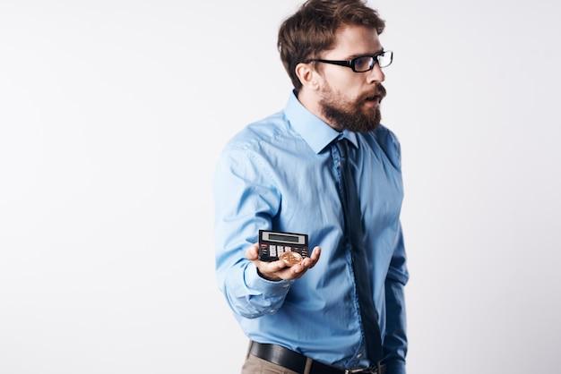 Homme Barbu En Chemise Bleue Investissement Dans L'économie Du Bitcoin Crypto-monnaie Photo Premium