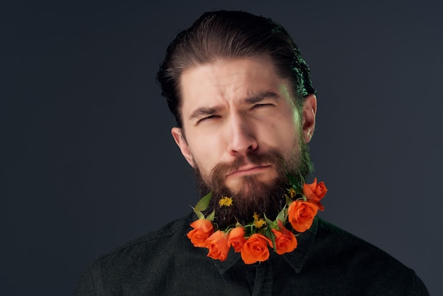 Homme barbu coiffure mode fleurs émotions fond sombre