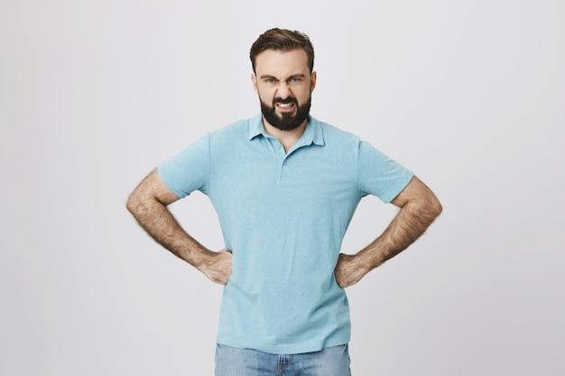 Homme barbu en colère à la déçu