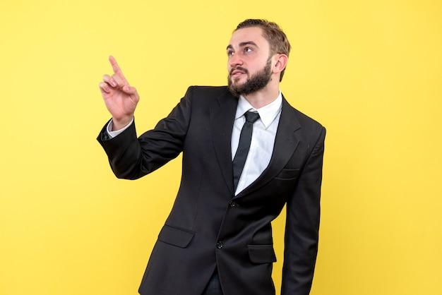 Homme barbu concentré pointant un objet vers le haut