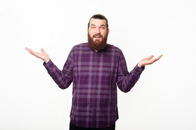 Homme barbu confus faisant des gestes ne sais pas quoi faire
