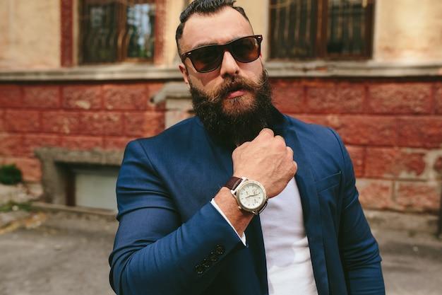Homme barbu cool élégant à l'arrière-plan de la vieille ville
