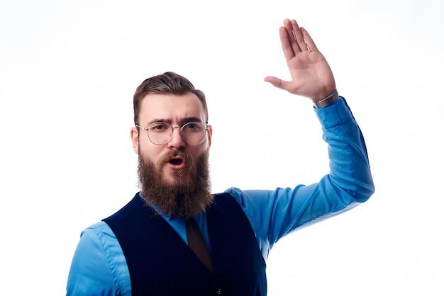 Homme barbu dans un costume d'affaires sur fond blanc
