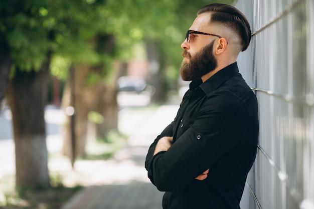 Homme barbu dans le parc
