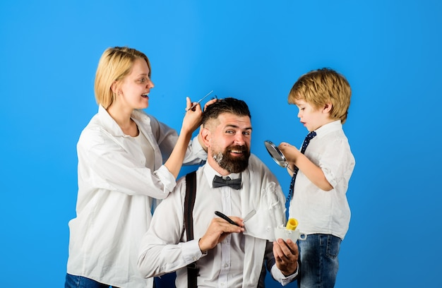 Homme barbu dans le salon de coiffure coiffeur et concept de barbier jour de la famille jour des pères styliste personnel