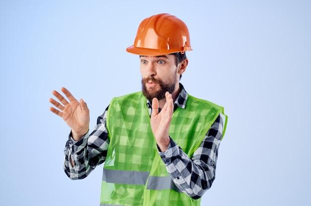 Homme barbu dans le studio professionnel de construction de casque orange. photo de haute qualité