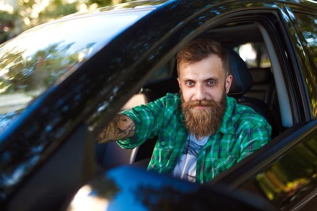 Homme barbu dans la voiture