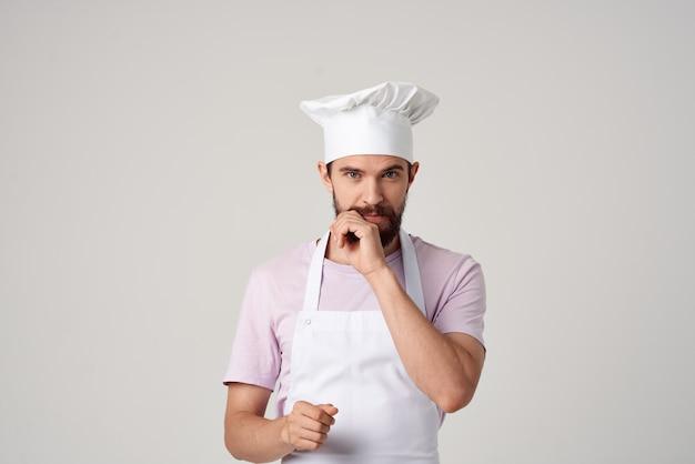 Homme barbu les deux professionnels du service de travail de cuisine