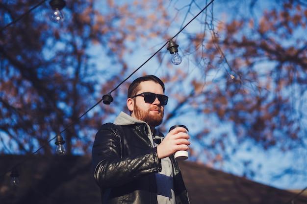 Homme barbu avec du café