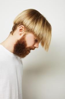 Homme barbu élégant