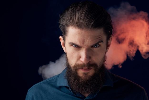 Homme barbu émotionnel en colère look chemise fumée dans l'espace