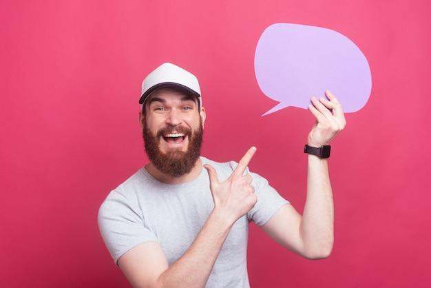 Homme barbu étonné pointant sur la bulle de dialogue, super offre