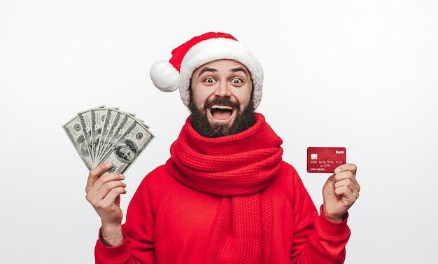 Homme barbu étonné en pull rouge et bonnet de noel