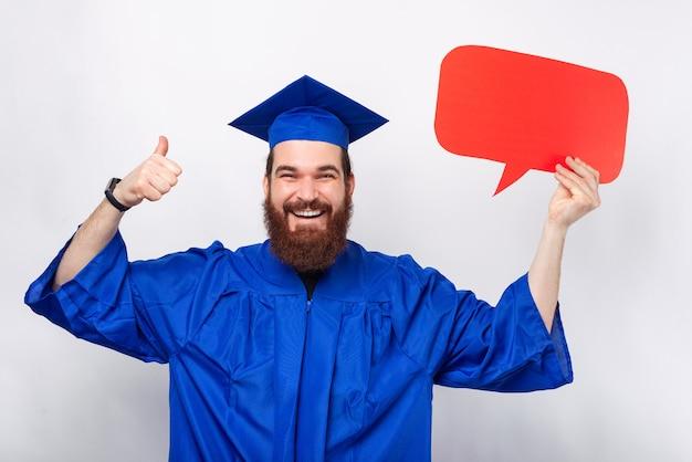 Un homme barbu excité tient une bulle de dialogue et montre le pouce vers le haut.