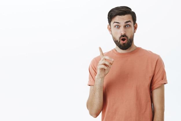 Homme barbu expressif en tshirt orange
