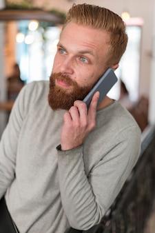 Homme barbu faisant un appel