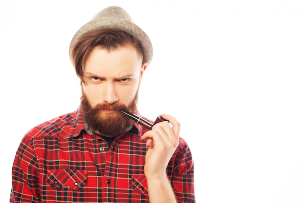 Homme barbu fumant une pipe
