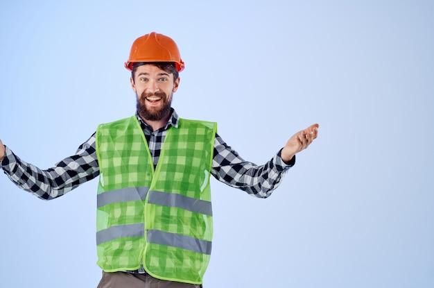 Homme barbu gilet vert casque orange workflow gestes de la main fond isolé