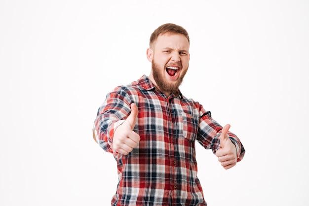 Homme barbu hurlant en chemise avec les pouces vers le haut