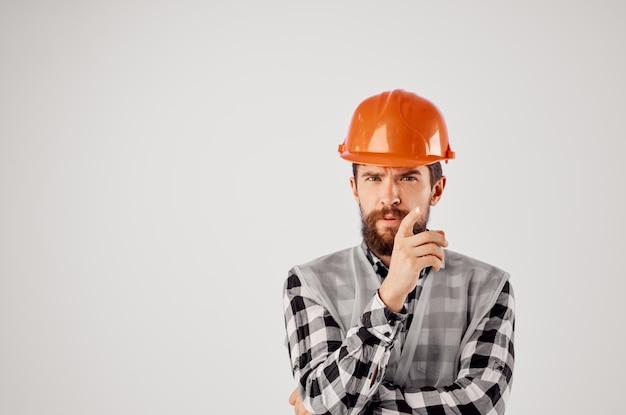 Homme barbu industrie de la construction travail main gestes fond clair