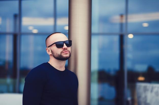 Homme barbu à lunettes de soleil