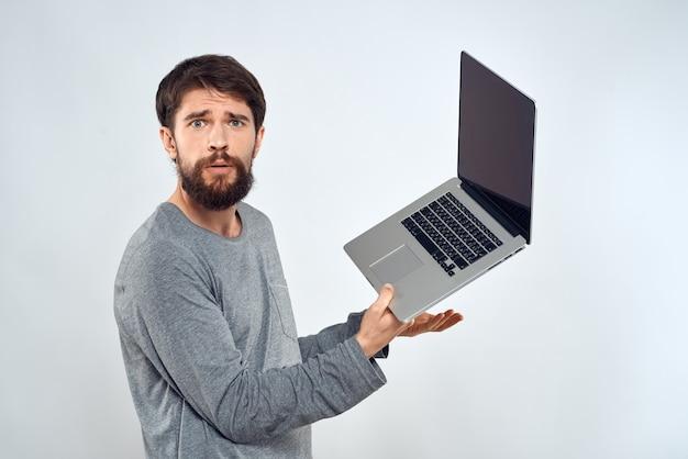 Homme barbu avec ordinateur portable en mains technologie de communication internet