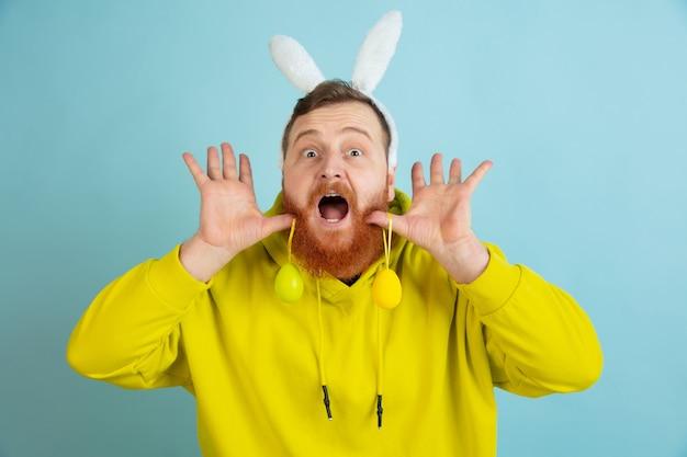 Homme barbu avec des oreilles de lapin pour pâques