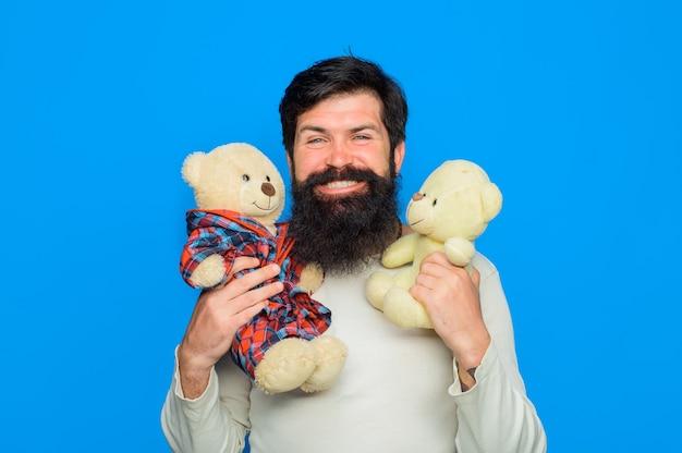 Homme barbu avec ours en peluche ours en peluche homme souriant tient anniversaire en peluche ours en peluche ou