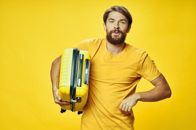 Homme barbu avec un passager de style de vie de voyage de bagages