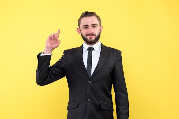 Homme barbu pointant vers le haut avec une expression faciale heureuse