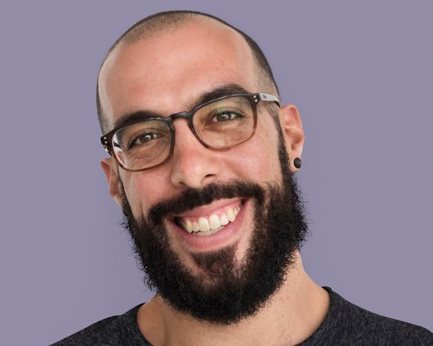 Homme barbu portant des lunettes portrait, visage souriant close up psd