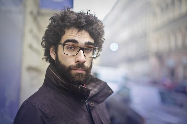 Homme barbu portant des lunettes