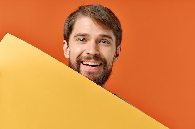 Homme barbu publicité marketing copie espace fond orange