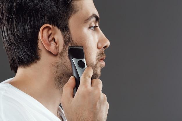 Homme barbu raser la barbe, se préparer