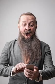 Homme barbu recevant un message surprenant