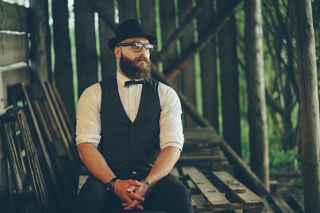 Homme barbu avec un regard très intéressant
