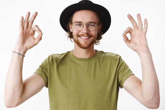 Homme barbu rousse expressif avec un chapeau