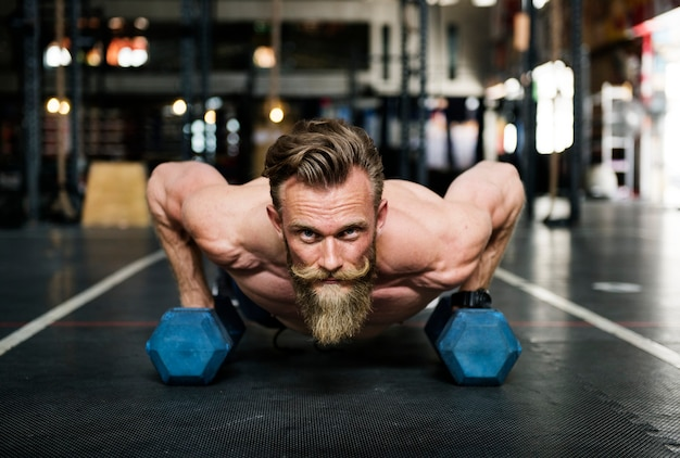 Homme barbu à la salle de gym
