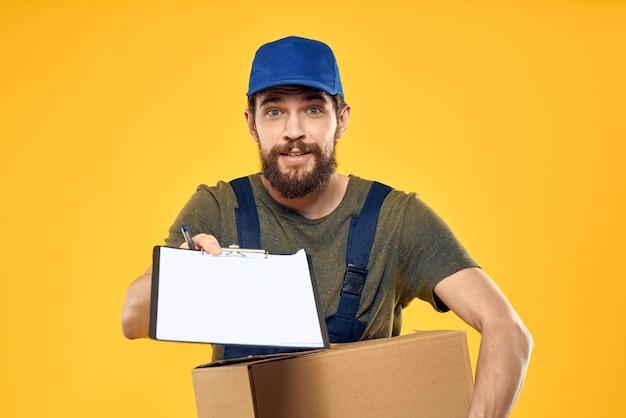 Homme barbu en salopette bleue et casquette