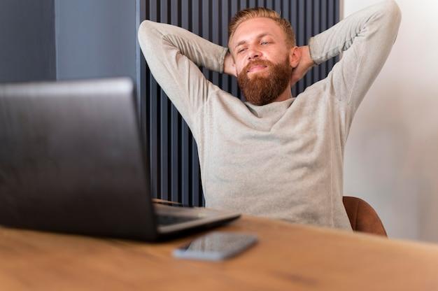 Homme barbu se détendre au bureau
