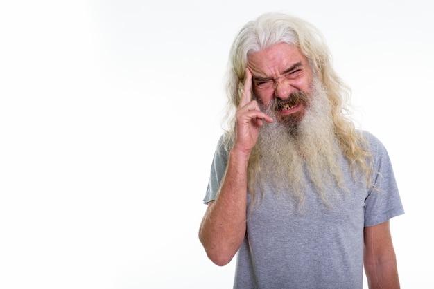 Homme barbu senior ayant mal à la tête