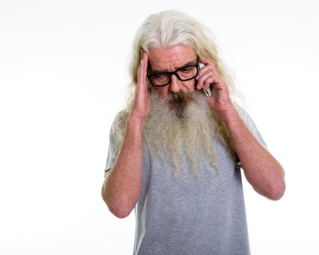 Homme barbu senior parler sur mobile