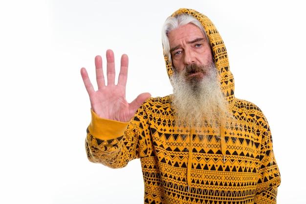Homme barbu senior portant un sweat à capuche