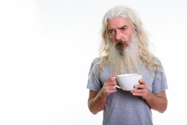 Homme barbu senior stressé à la fatigue