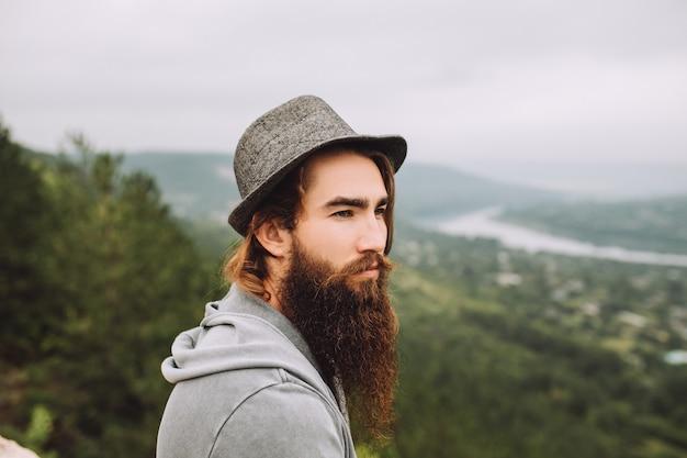 Homme barbu sérieux