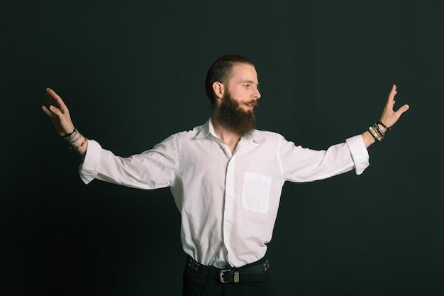 Homme barbu de style hipster