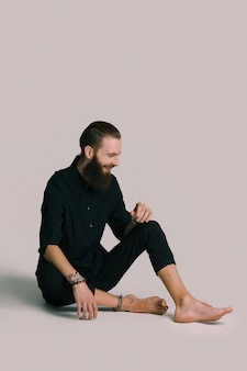 Homme barbu de style hipster