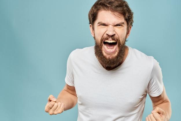 Homme barbu en tee-shirt blanc