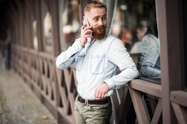Homme barbu avec téléphone
